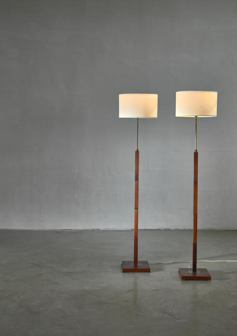 Bloomberry - Pair of Danish height adjustable wood and brass floor lamps