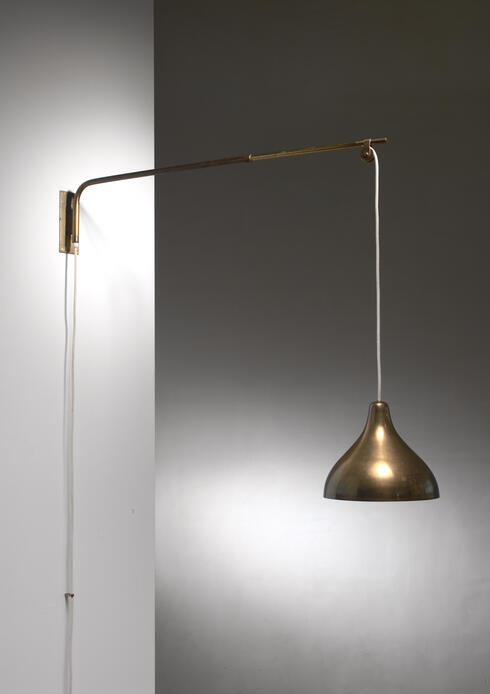 Bloomberry - Swiveling and extending brass wall lamp