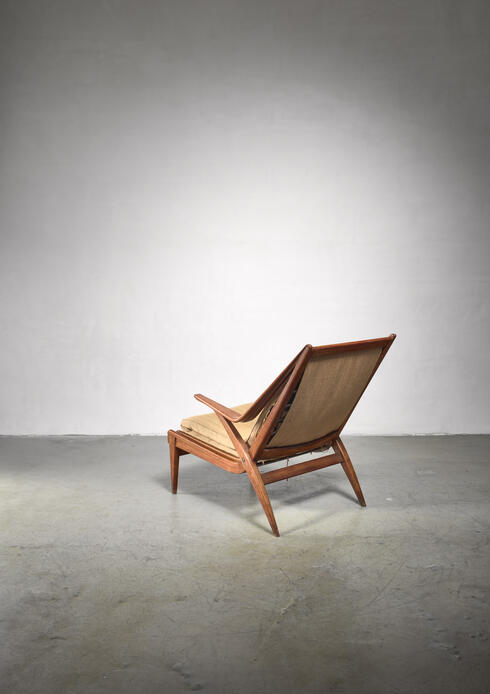 Bloomberry - Oak lounge chair with fold-out footstool