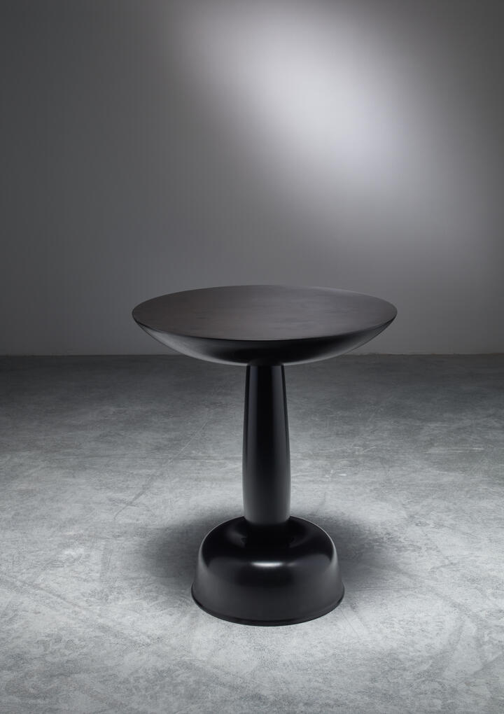 "Bloomberry - Hozan Zangana, sidetable ""Qaji Sheer"" in negro marble"